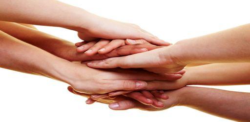 Viele Handflächen liegen aufeinander